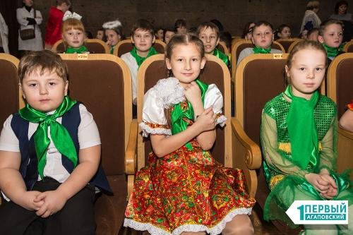 Побывали на губернаторской елке. Дубровский поздравил юных жителей Варны с Новым годом