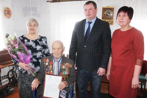 В очереди – ещё четверо. Глава Варненского района вручил жилищные сертификаты ветеранам войны