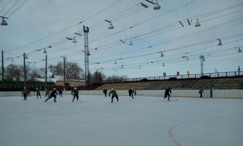 Хоккейный сезон закрыл турнир ветеранов. Переходящий кубок завоевали варненцы