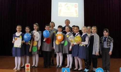 Мастер-класс для первоклашек. Двенадцать школ Варненского района приняли участие в слёте-форуме юных инспекторов дорожного движения