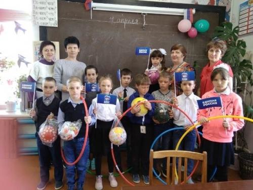 На спортинвентарь приходится просить. Школе посёлка Дружный единороссы приобрели мячи и обручи