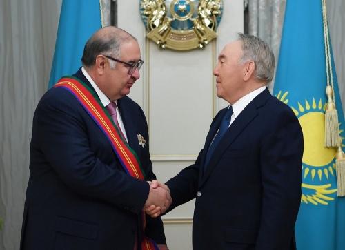 «За значительный вклад...» Нурсултан Назарбаев вручил Алишеру Усманову орден Дружбы