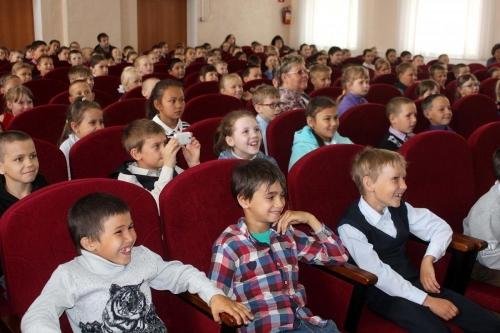 Заряд счастья. Магнитогорский театр куклы и актёра «Буратино» подарил детям Варненского района сказку