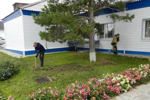 Учебный год – с чистого листа! Полицейские Варненского района к Дню знаний провели на территории отдела МВД субботник
