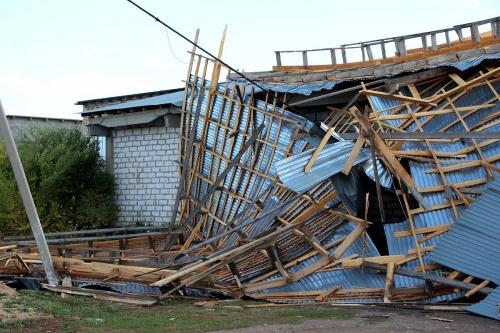 Улетело всё, что не приколочено. СМИ и соцсети региона обошёл снимок из Варны, где крыша одного здания, как платком, накрыла соседнее