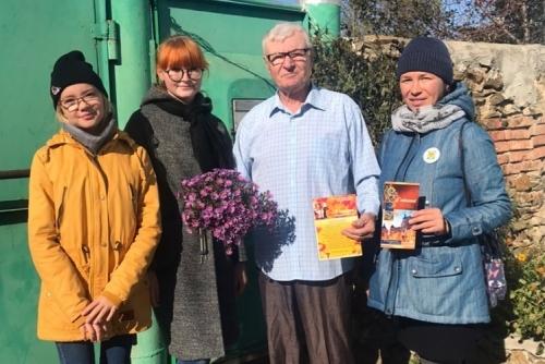 С благодарностью и уважением. Волонтёры Варненского района навестили ветеранов-педагогов с «Визитом почёта»