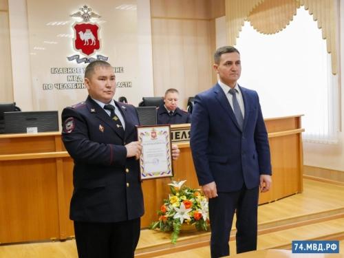 Награды за поступок и за новость. В региональном главке МВД наградили варненского полицейского, спасшего мать и детей