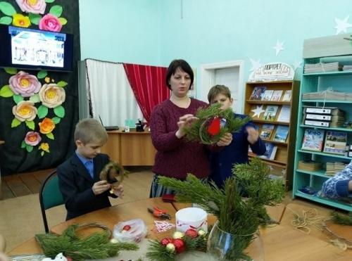 Венок к Рождеству. Варненская библиотека готовит новогодние подарки читателям