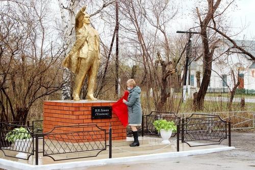Подарок к юбилею. В селе Новопокровка Варненского района отреставрировали памятник Ленину