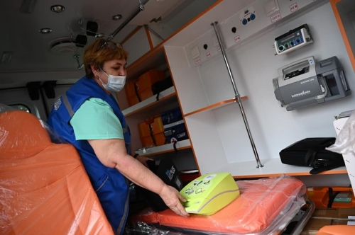 Сделать помощь быстрой и комфортной. Благотворительный фонд РМК передал коркинским медикам две новые машины скорой помощи